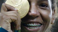 La brasileña Rafaela Silva consiguió la medalla de oro para los anfitriones de los Juegos Olímpicos al imponerse en judo en la categoría de menos de 57 kilogramos. Silva venció en la final a la actual campeona mundial en la disciplina, la mongola Sumiya Dorjsuren.