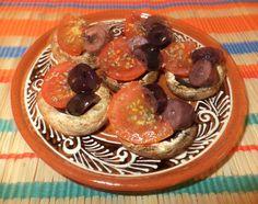 Ciuperci Cu Rosii Cherry / Mushrooms With Cherry Tomatoes https://vegansavor.wordpress.com/2015/06/10/grilled-mushrooms-with-cherry-tomatoes-basil-and-olives/ #vegan #ciuperci #rosii #masline #mushrooms #tomatoes #olives