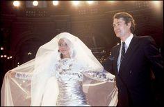 Final du défilé Jean-Louis Scherrer haute couture automne-hiver 1984-1985, le créateur salue avec la mariée