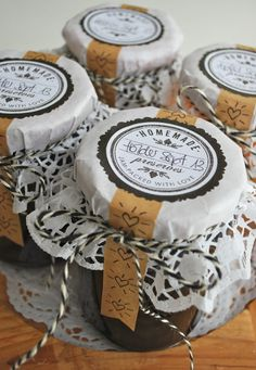Jam jar gift wrap by mamas kram with a doily, kraft tape, baker's twine… Jam Jar Labels, Canning Jar Labels, Jam Label, Canning Recipes, Jam Packaging, Cookie Packaging, Packaging Ideas, Jar Gifts, Food Gifts