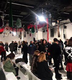 Direto do escritório da @calvinklein nossa editora de moda @viviansotocorno mostra o cenário do primeiro desfile da grife sob o comando de Raf Simons. No espaço minimalista - ocupado por um burburinho especialmente agitado - destaque para os retalhos de diferentes materiais presos ao teto uma instalação do artista Sterling Ruby. #voguenanyfw #calvinklein  via VOGUE BRASIL MAGAZINE OFFICIAL INSTAGRAM - Fashion Campaigns  Haute Couture  Advertising  Editorial Photography  Magazine Cover…