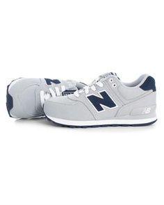 Zapatillas New Balance 574 Junior Gris, Que tus hijos vistan lo mejor en esta época del año #zapatillas #niño #tiendaonline #moda #niños #modainfantil