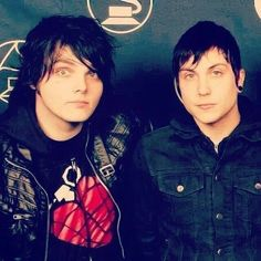 """GREEN DAY SHIRT!! ITS FUNNY CUZ BILLIE JOE ARMSTRONG WHERE""""S MY CHEMICAL ROMANCE SHIRTS AND HERE GERARD I S WEARING A GREEN DAY SHIRT!!!"""