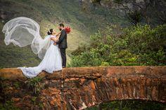 uma linda ponte antiga forma o cenário para o abraço entre Dayse e Junio