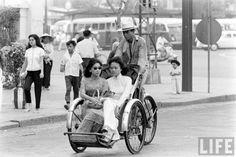 Hai cô gái Việt Nam trên chiếc xích lô. Có thể thấy trong hình một cô gái đeo kính đen sành điệu