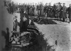 """Massacre des Sioux à Wounded Knee, le 29 décembre 1890 : hommes, femmes et enfants furent exécuté à la mitrailleuse, stade final de l'ethnocide et du génocide des Indiens d'Amérique perpétré au nom de la """"destinée manifeste"""" des États-Unis."""