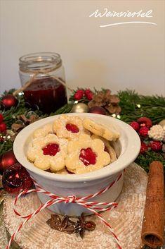 Spitzbuben - auch bekannt als Linzer Augen - sind besonders beliebte Kekse im Weinviertel und dürfen zu Weihnachten auf keinem Plätzchenteller fehlen. Wir zeigen dir in unserem Rezept, was du für diese traditionellen Plätzchen benötigst und verraten dir, worauf du bei einem Mürbeteig achten solltest. Mit diesem einfachen Spitzbuben-Rezept steht einem fröhlichen Krapferl (Kekse) backen nichts mehr im Weg. #plätzchen #kekse #spitzbuben #weihnachtsbäckerei (c) Weinviertel Tourismus Hummus, Pudding, Ethnic Recipes, Desserts, Food, Baking Cookies, Tourism, Berries, Eyes