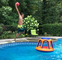 Kids pool party ideas using inflatables - like this pool basketball set. Kids found other ways to play with it as well :) Pool Games To Play, Pool Toys For Kids, Swimming Pool Games, Pool Party Games, Children Swimming Pool, Pool Party Kids, Kid Pool, Games For Kids, Pool Fun