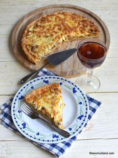Tartă cu ceapă, brânză și șuncă - Quiche à l'oignon sau Zwiebelkuchen | Savori Urbane Omelet, Frittata, Deserts, Food And Drink, Pizza, Cooking Recipes, Yummy Food, Sweets, Cheese