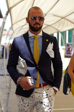 Choose a navy blazer and white print chinos and you'll pull together a neat and polished look. Mens Fashion Blog, Fashion Pants, Look Fashion, Elegance Fashion, Fashion Menswear, Suit Fashion, White Pocket Square, Style Masculin, Look Man