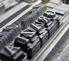 Tadizionale composizione di caratteri mobili in tipografia artigianale. www.tipografialeone.net #stampa #tipografia #artigianale #caratteri