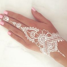 Unique and trendy White Henna Designs images are found on this article. White henna design give a fashionable look. Henna Tattoo Hand, Henna Tattoo Designs, Henna Mehndi, Mehndi Designs, Henna Tattoo Muster, White Henna Tattoo, Henna Mandala, Henna Body Art, Mandala Tattoo Design