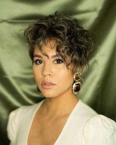 2020 Hair Trends For Women pictures and tips today will be shared with you. You should know that 2020 hair color trends and will shape the fashion stages these year. And there are amazing hair Curly Pixie Hairstyles, Curly Pixie Cuts, Short Hairstyles For Women, Trendy Hairstyles, Short Hair Cuts, Curly Hair Styles, Pixie-cut Lang, Hair Again, Short Hair With Layers