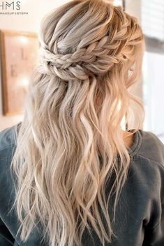 Christmas hairstyles are the right things to brighten your holidays and tune you into this festive vibe. They can accurately complete your look or else spoil it and make you look like trash. This is the reason why you should be attentive in the process of choosing the right one.