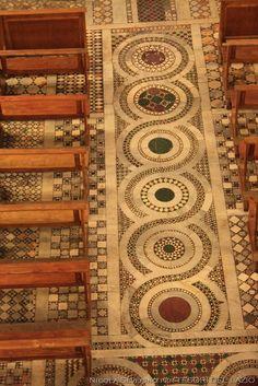 Ferentino, Cattedrale dei Ss.Giovanni e Paolo - Tipica guilloche cosmatesca, opera di Iacopo di Lorenzo (XII sec.)