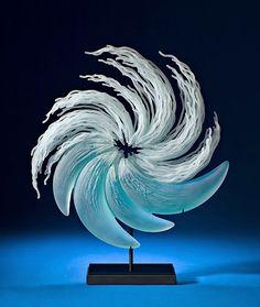 As incríveis esculturas de vidro inspiradas em ondas e animais marinhos de K. William LeQuier