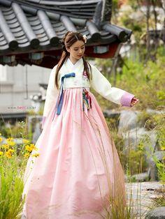 #hanbok #beautiful #woman #pretty #bettl #korean #flower #bloom 꽃보다 아름다운 한복입니다. 분홍색 치마와 아이보리 저고리~♥