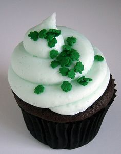 So I need to figure out which kind of cupcakes to make for St. Custom Cupcakes, Love Cupcakes, Yummy Cupcakes, Saint Patrick, Mini Cakes, Cupcake Cakes, Cupcake Ideas, Cookie Ideas, Cup Cakes