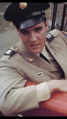 June 1958 - Graceland - Elvis on furlough from the Army after completing basic training. Lisa Marie Presley, Priscilla Presley, Elvis Presley Young, Elvis Presley Army, Elvis Presley Pictures, Graceland Elvis, Elvis Presley Family, Young Elvis, Elvis Presley Movies