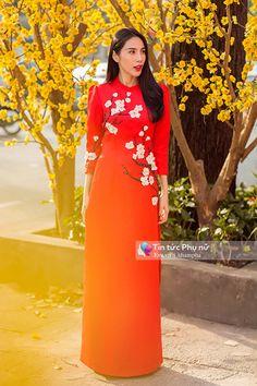 thuy tien dien ao dai xuan cuon hut tren pho sai gon - 2 Vietnamese Traditional Dress, Vietnamese Dress, Traditional Dresses, Ao Dai Vietnam, Dress Painting, Cheongsam, Asian Woman, High Neck Dress, Fancy