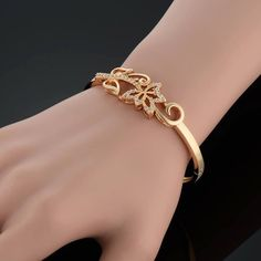 Stylish Gold Bracelet Designs Trending In 2017 Jewelry Design Earrings, Gold Earrings Designs, Bracelet Designs, Necklace Designs, Bead Jewellery, Jewellery Designs, Fancy Jewellery, Antique Jewellery, Jewelry Accessories
