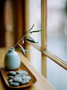 I have no idea what this title is but the Japanese windowsill decor is beautiful.