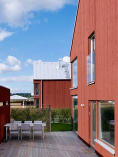 <span>Hönekulla by</span><br/>In Mölnlycke in southwest Sweden these modern new wooden houses and new apartment buildings are mixed with older houses. The meetings between the different typologies take place along the new village street.