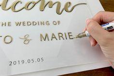 無料テンプレート|裏を塗るとオシャレ!海外風アクリルウェルカムボードの作り方 / ウェルカムスペース ウェルカムボード 装飾アイテム / WEDDING | ARCH DAYS Diy Wedding Reception, Wedding Clip, Wedding Stage, Wedding Signs, Wedding Cards, Wedding Arrangements, Wedding Table Centerpieces, Diy Wedding Decorations, Bouquet Shadow Box