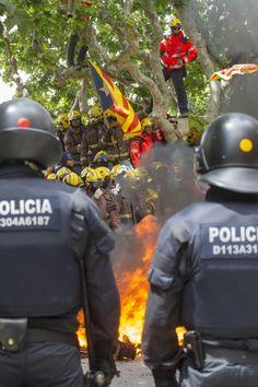 "Barcelona - ""Rescatem persones no bancs"" :' los bomberos vs los putos mossos"