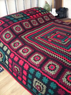 Traditional granny square blanket with different size squa Bikini Crochet, Crochet Diy, Crochet Afgans, Manta Crochet, Crochet Home, Motifs Granny Square, Granny Square Crochet Pattern, Crochet Squares, Granny Squares