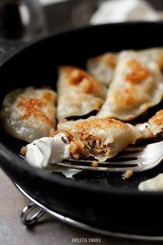 Pierogi z mięsem i pieczarkami-------------- 450 g bloem • zout  • 375 ml kokend water  • 40 g boter   vulling:  • 500 g vlees van bouillon  • 500 g champignons  • 2 uien  • 2 tl boter • gekookte groenten(1 wortel, 0,5 peterselie)  • 1/2 kop bouillon  • 1 ei
