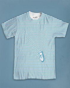 Esta camiseta es principalmente blanca con azul. Tiene un boto azul también, y el boto es pequeño y rapido. Estos partes para tus abrazos son muy cortos. Puedes llevar esta camiseta cuando en casa o en un situación informal. Me gusta mucho esta camiseta.