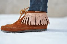 C: Reversible fringe attachments tutorial...not just on your moccasins but maybe on other footwear too?