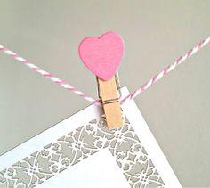 3 produtos da PolkaDot: mini prendedores coração, bakers twine rosa e place card rendado.