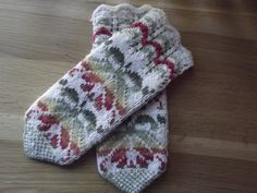 A present from Estonia Knitted Mittens Pattern, Knitted Gloves, Knitting Socks, Hand Knitting, Knitting Patterns, Fabric Yarn, Wrist Warmers, Mittens, Tejidos