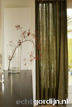 Baltic oak is een soepele linnen stof. Changeant groen met naturel geweven voor een mooi kleureffect.