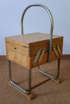 Vintage Sewing Box, Vintage Toys, Retro Vintage, Sewing Art, Sewing Tools, Got Wood, Mobile Bar, Sewing Baskets, Pin Cushions