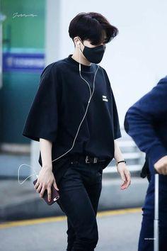 20170416 Incheon Airport Depart to Vietnam Kim Sung Kyu, Airport Style, Airport Fashion, Golden Child, Incheon, Btob, Happy Endings, Favorite Person, Pop Fashion