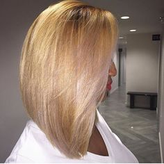 Love this #blonde lob colored by #atlstylist @infavorofstyle  Installed by @jasminenikol_ ✂️#voiceofhair========================== Go to VoiceOfHair.com ========================= Find hairstyles and hair tips! =========================