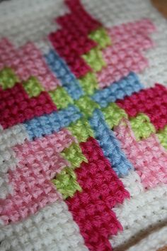 Тунисское вязание. Вязка простыми тунисскими столбиками нитями разных цветов. Имитация вышивки.