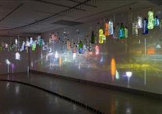 180 botellas de plástico obra de Daniel Canogar
