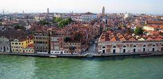 In macchina intorno a #Venezia  Potete arrivare a Venezia in Aereo e prendere una macchina a noleggio in uno degli #autonoleggi dell'aeroporto di Venezia, oppure potete volare nei vicini aeroporti di Verona o Treviso.