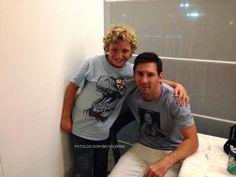 Messi no aeroporto de Ezeiza : Olá amores,  A foto acima é do Leo com um fã mirim no aeroporto de Buenos Aires na última quarta-feira, ele estava aguardando o vôo para Barcelona.  Hoje tem treinamento e Leo estará lá firme e forte.  Um bom dia à todos   yolepink