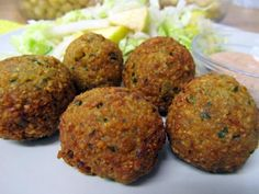 Learn how to make vegan Canned Chickpea Falafel with this delicious and easy recipe. With a rich and varied history, falafel has been seen in various forms across th. Falafel Recipe With Canned Chickpeas, Easy Healthy Recipes, Vegan Recipes, Easy Meals, Healthy Food, Healthy Eating, Comida Kosher, Vegetarian Day, Salads