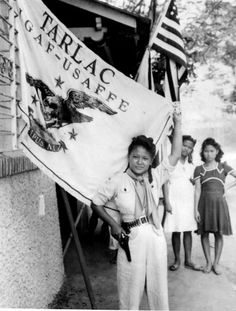 Philippine girl who fought guerrilla forces in the Tarlac area of Luzon, poses with her gun, her cartridge belt and the Tarlac flag. Filipino Culture, Bataan, United States Army, American War, Press Photo, Guerrilla, World War Ii, Wwii, Philippines