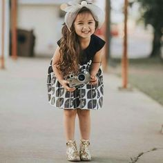 New Multiple Children Photography Poses Parents Ideas Cute Little Baby Girl, Cute Kids Pics, Cute Baby Girl Pictures, Beautiful Baby Girl, Cute Girl Pic, Cute Girls, Baby Boy Fashion, Kids Fashion, Girls Dp For Whatsapp