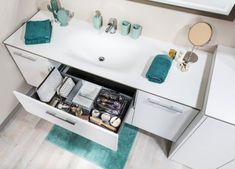 Offenes badezimmer im schlafbereich mit glasdusche und
