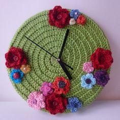 Reloj exclusivo de las auroras! Hacemos envíos a domicilio. Diy Clock, Clock Ideas, Textile Art, Crochet Baby, Projects To Try, Textiles, Embroidery, Christmas Ornaments, Knitting