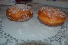 Les beignets ont une base de pâte levée, frite dans l'huile.Ils sont rond, moelleux , panés dans le sucre et fourré à cœur de chocolat, caramel et abricot.