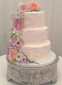 Love the flowers on this wedding cake